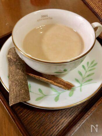 マサラチャイには、高級な茶葉よりも普段使いの茶葉が合うといわれます。セイロンやアッサムなどのお安めのティーバッグを破って茶葉だけを使ってもOK。スパイスやミルクとともに煮出し、お好みで砂糖を加え茶こしで注いでいただきます。