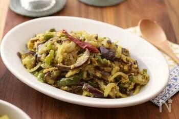 野菜の蒸し炒めのトーレンは、南インドでは独特のスパイスのカレーリーフ(葉っぱ)を使いますが、なくてもOK。くたっとした食感で野菜がたっぷり食べられる一品です。