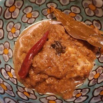 こちらのレシピでは、メカジキを使っていますが、白身魚ならなんでも大丈夫です。新鮮なものを使うのがポイント。できればマスタードオイルを使うとベンガルらしさが出ますが、なければ普通の油でもOKです。