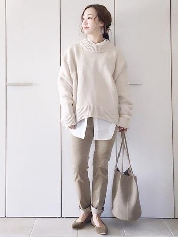 今年大ブームのホワイトやベージュのワントーンコーデ。少し長めのシャツの裾を見せることで、ワントーンの中にきれいなメリハリを与えてくれます。