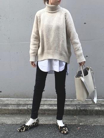 トップスは白系に、ボトムスは黒系にまとめれば、メリハリが生まれることは言わずもがな。  しかし、白いシャツの裾を下からふわりと出すことで、黒の細身パンツとのメリハリが生まれ、脚長効果がうまれます。清潔感もプラスされますね。