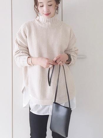 首回りをカバーする、ゆったりめのタートルネックにも合わせても。  腰回りに白シャツの裾を見せるだけで、今年らしい着こなしになります。