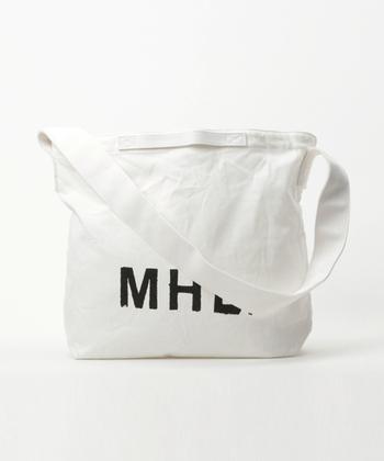 MHL.のショルダーはシンプルながら、大きく入ったロゴの存在感が素晴らしいバッグです。ショルダーとしてはもちろんのこと、小さなハンドルがついているので手持ちにすることもできますね。