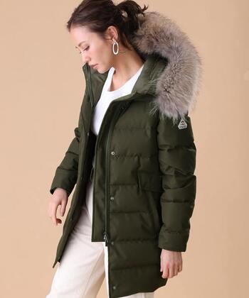 抜群の暖かさを誇るこちらのダウンジャケットは、ロング丈でウエスト部分が適度にしまっており、着ぶくれ感が抑えられてすっきりシルエットなのが特徴。インナーのコーデをワントーンにすると綺麗に決まりますよ。