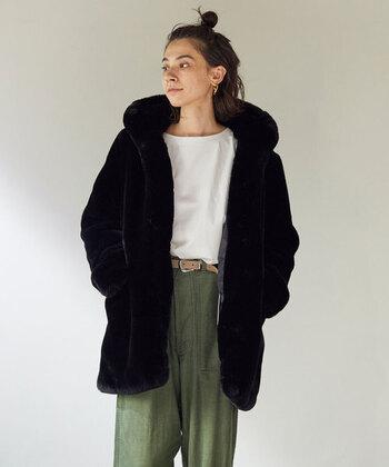 エコファーコートは一度着てみると、その暖かさ、軽さ、お手入れが簡単なので、手放せないアイテムになりますよ。その日の気分に合わせて、ナチュラルにもエレガントにもなれる、万能なコートです。
