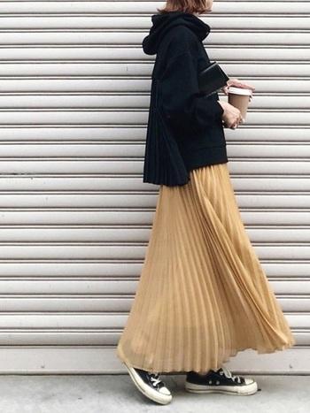 綺麗色のロングプリーツは、トップスとシューズの色合いを統一することでスカート本体がより美しく光ります。