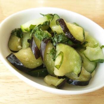 大葉も加えれば、風味豊かなお漬物が完成します。塩を控えれば、安心してたくさんいただけますね。なすを少し厚めにスライスすると、食べごたえも十分!