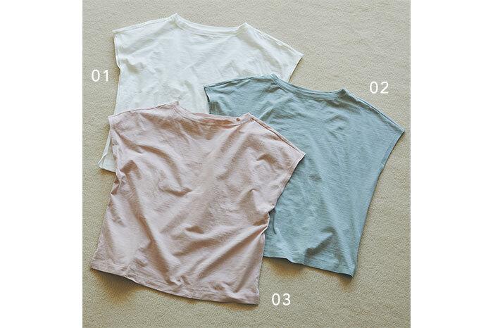 凹凸のある糸で編み立てたムラ糸天竺編みフレンチスリーブTシャツは、ブラウス感覚で使えるとあって毎年人気のアイテム。程よいムラ感が肌にあたる面積を少なくし、涼しく着られます。大人の女性に似合うくすみカラーも豊富に揃っています。