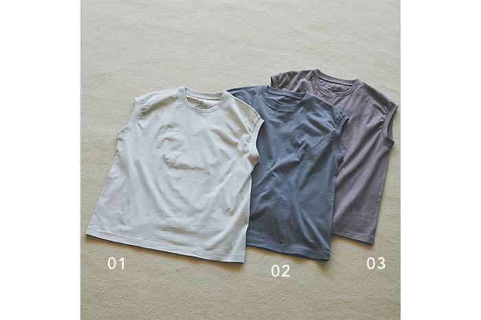 何度着ても伸びにくい首回りと心地よくなじむインド綿天竺編みスリーブレスTシャツは、一枚あると重宝するアイテム。ベーシックな程よい厚みで、インでもアウトで着られます。色違いで揃えたくなるような絶妙なカラーリングにも注目。