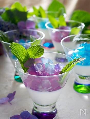 ブルーキュラソーシロップとバタフライピーを使って紫陽花の色を表現。寒天でつくるしっかり食感の紫陽花ゼリーと、ゼラチンでつくるふるふる食感のミルクゼリーをひとつのカップに閉じ込めて。かわいらしい見た目の、おいしいゼリーです。