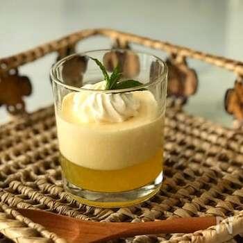 パイナップルジュースと生クリームを使ってつくる、置いておくだけで2層になる魔法のレシピです。簡単につくれるのにおしゃれに決まります。層が分かれるまで冷蔵庫に入れないのがポイント。