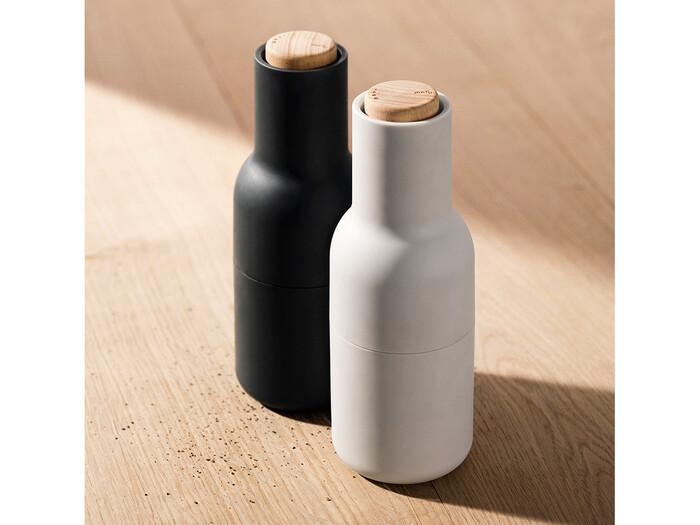デンマークの建築家ユニットのNormがデザインしたペッパーミルです。するりとボトルの形をしたシルエットで、マットな表面が大人っぽい印象です。スモールサイズですが、高さは20cmほどあり、キッチンでも食卓でも活躍してくれそうです。