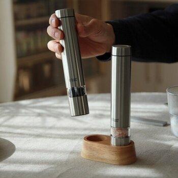 スリムな円柱形でスタイリッシュな見た目の電動ペッパーミルです。細身にできているから、手が小さい人でも快適に使えます。木製のスタンドもおしゃれです。