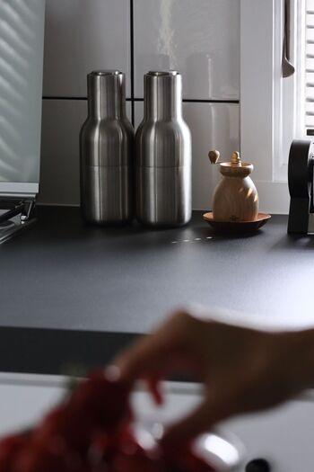 戸棚や引き出しにしまう調味料と違って、ペッパーミルはキッチンの作業スペースや食卓に出したままにすることが多いアイテムです。他の調理器具やテーブルとのコーディネートを考えて、気に入ったデザインのペッパーミルを選ぶのがおすすめです。置き場所も考えて選びたいですね。