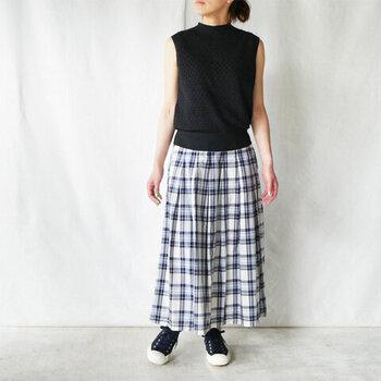 初夏にぴったりな、爽やかなマドラスチェック柄が目を引く、タックロングスカート。広がりを抑えた上品なシルエットが大人女性にぴったりです。