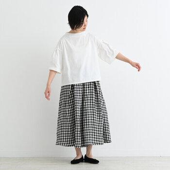 さらりとした質感と清涼感のある肌触りが魅力の、リネンタックロングスカート。