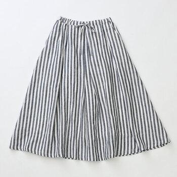 たっぷりとった美しいフレアーラインにタックがアクセントになっているスカート。ウエストはゴム仕様でゆったりとしした穿き心地。