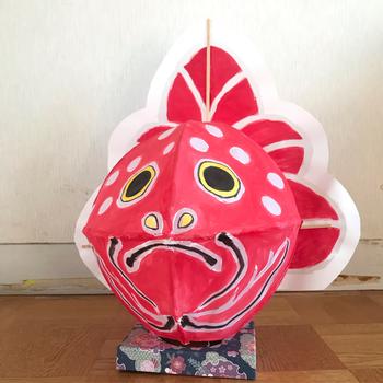 青森の有名なねぶた祭り。お祭りの時期になると、あちこちで金魚ねぶたと呼ばれている金魚の吊るしねぶたが登場します。昔から縁起が良いと言われており、子どもから大人まで大人気。