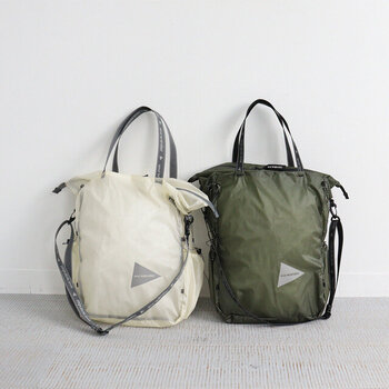 撥水・耐水性能が高く、丈夫な30Dコーデュラナイロン素材を使用したトートバッグです。大きめのサイズ感で、カジュアルなコーディネートに合わせやすいデザイン。パッカブル仕様なので、エコバッグや旅行用に持ち歩く際も便利です。