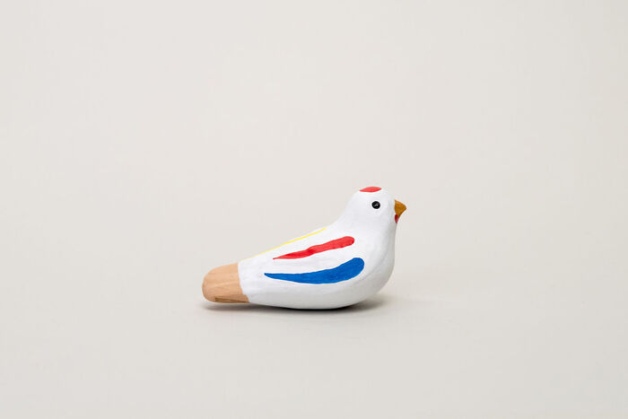 昔懐かしい日本の音を楽しめる佐賀県の郷土玩具「尾崎人形」の土笛。佐賀県の神埼市に700年以上伝わる、伝統ある焼き物の人形は、成型から絵付けまで手作業で作られており、手作りならではの味わいが魅力的。