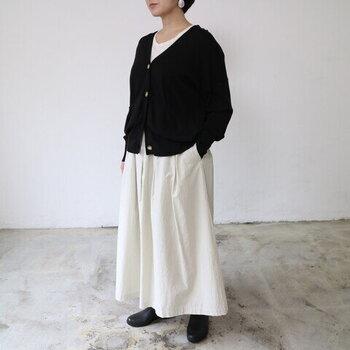 ボックスタック使いでふんわりとしたシルエットが素敵なロングスカート。ハリのあるコットン素材でボディーラインをひろわず、きれいなセミフレアーをキープしてくれます。
