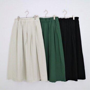 軽やかな印象のアイボリー、コーデのアクセントになるグリーン、シックな印象のブラックの3色のカラーバリエーション。