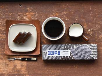 粗く削ったカフェインレスのコーヒー豆の粉があんこに練り込まれた、コーヒー風味の羊羹。大切な方に贈りたくなるようなパッケージも魅力のおやつは、和菓子が似合うあの人に。