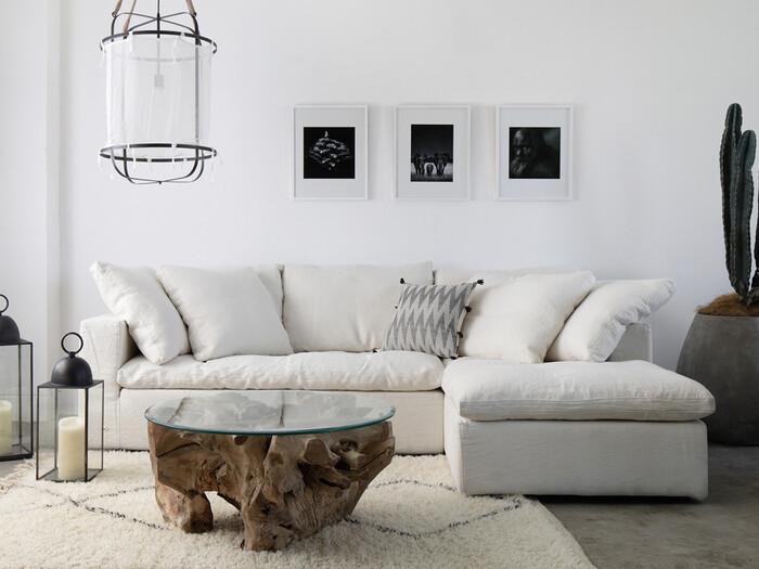 大きな家具はどうしても圧迫感があるものですが、ホワイトカラーなら問題なし。ホワイトインテリアにするならソファはもちろん白を選んでくださいね。  こちらのようなシンプル&上質なソファはリビングの主役になってくれます。のびのびくつろげるところも魅力です。