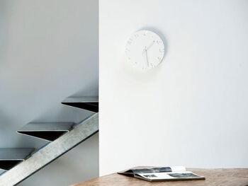 ホワイトカラーの雑貨は、白い壁に溶け込ませるように置くと馴染みます。  こちらのような白い壁掛けの時計は主張が控えめですが、ホワイトインテリアのお部屋にしっくり馴染みますよ。実用的なところも◎