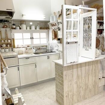 清潔感が大切なキッチンは、ホワイトで統一するとやっぱり素敵です。こちらのキッチンカウンターは、窓枠やパタパタ扉などカフェ風のエッセンスが散りばめられているので、毎日お料理するのが楽しくなりそうですね。