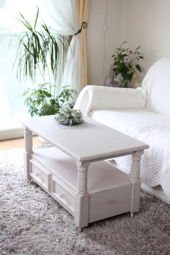 シャビーシックなテーブルがおしゃれなリビングは、テーブルとソファをホワイトで統一しているので、観葉植物の緑がとても映えますね。植物好きな方は、緑が生き生きして見えるホワイトインテリアが特におすすめです。