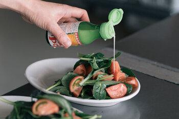 ゆずやすだちの爽やかな香り。料理の仕上げにさらっと回しかけたり、ドレッシングに使ったり、様々な場面で活用できそう。天然素材&余計な添加物が入っていない安心なものを選びたいですね。
