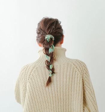 大判のスカーフをしっかり髪の毛と一緒に編み込んだスタイル。少し手間は掛かりますが、スペシャル感のあるヘアアレンジです。