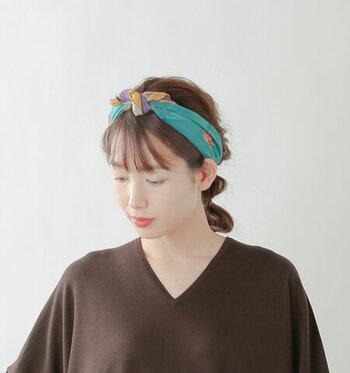 スカーフをカチューシャのように使えば、ロングヘアの可愛らしさを活かすことができます。小判なサイズのスカーフを選べば、結び目も小さくなるので、大人っぽいヘアアレンジに仕上がります。