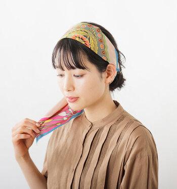 結び目をアシンメトリーにするとスカーフにボリュームが出ます。ミディアムでもロングスタイルのようなエレガントさをスカーフで出すことができます。