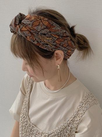 エスニックな柄のスカーフは、ターバン風のヘアアレンジにピッタリ♪シックな色合いのスカーフでも、華やかで大人っぽい雰囲気に。しっかり髪の毛もまとまっているので、家事などの作業も邪魔にならないスタイリングです。