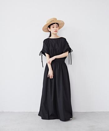 ロング丈の黒ワンピースは、大人のエレガントさを感じさせます。マキシロング丈のときは、帽子でアクセントを付けるとオシャレ度がアップしますね。
