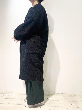 ボアコートの中で最も着まわし力が高いのは、ノーカラータイプ。ボーイッシュorレディ、どちらのテイストでも対応可能な懐深さも魅力です。ナチュラルに着るのはもちろん、きれいめスタイルをドレスダウンさせるのも上手。トレンドに左右されにくいブラックは、シックなスタイルがお好みの方におすすめです。
