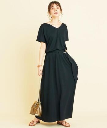 半袖の黒ワンピースはカジュアルすぎると感じる方は、Vネックデザインを選ぶと女性らしさがアップします。デコルテを美しく魅せ、エレガントさのあるスタイルが作れます。