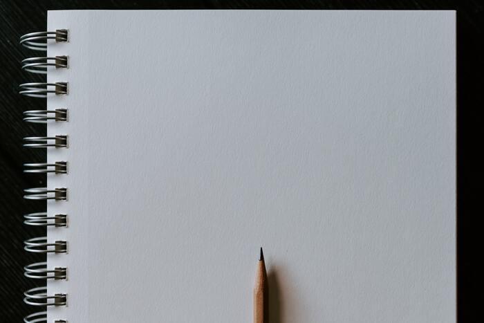絵の雰囲気や色の濃さによっては鉛筆で下書きをする場合もあります。色鉛筆より見やすく修正がしやすいので、慣れるまで鉛筆で下書きをしてもいいですね。鉛筆で下書きをしてそのまま上に色鉛筆で色を重ねる他、下書きを消しゴムで消しながら色をのせていく描き方もあります。
