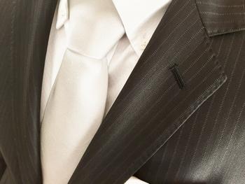 結婚式の男性礼装としては、黒いスーツに白いドレスシャツ、白やシルバーグレーなどのネクタイ、ネクタイと同系色のポケットチーフが一般的です。