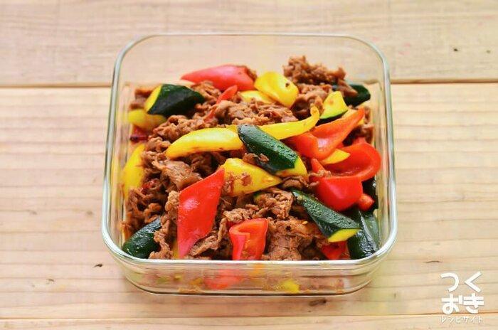 ズッキーニだけではなく、赤や黄色のパプリカを使うことで、色とりどりで食欲をそそる一品に。コチジャンを入れてほんのり辛い韓国風味に仕上げています。 夏バテの原因の1つはカリウム不足ともいわれています。カリウムが豊富とされるズッキーニと、ほてった体を冷ましてくれるといわれるパプリカの組み合わせは、夏バテ防止の効果が期待できます。冷蔵庫で5日間もつので、週末の作り置きおかずとしても。