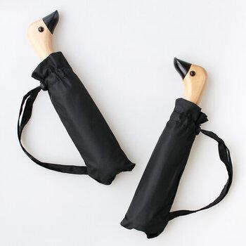こちらはアヒル型のハンドルが可愛らしい折り畳み傘。ごくシンプルなデザインにアヒルのハンドルが目を引きますね。このハンドルは持つと手にフィットするような絶妙に形になっています。憂鬱な雨の日でも明るい気持ちにさせてくれそうな傘です。
