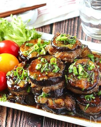 なすに染み込んだお肉の旨みと照り焼きダレ。ご飯がすすみそうなレシピです。 野菜でお肉を挟んだお料理は、見た目にもキレイ◎冷めても美味しく頂くことができるので、作り置きおかずとしてもおすすめです。