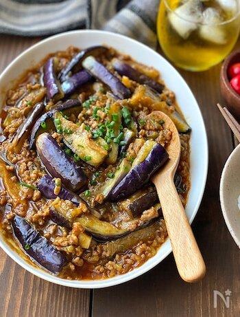 しょうが、にんにく、長ネギなどの香味野菜の香りが食欲をそそる麻婆なす。暑い時期に食べたくなりますよね。 子どもから大人まで大人気なので、レシピを覚えておくと重宝しそう。 辛くしたい時には豆板醤を多めに、甘めにしたい時にはみりんで調節…などお好みによって味を変えることができます。
