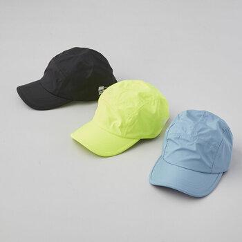 鮮やかなカラーでコーディネートのポイントになりそうなレインキャップ。こちらも一見普通の帽子のように見えますが、撥水性が高く水の侵入を防ぎます。さらに高い遮光性から紫外線対策としてもおすすめ。