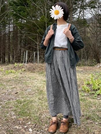 ブラウン系の革小物との相性も◎なのが、ベージュのリュックの良いところ。ブラウス&ギャザースカートというガーリーな着こなしも、+ベージュのリュックで甘すぎない印象に。