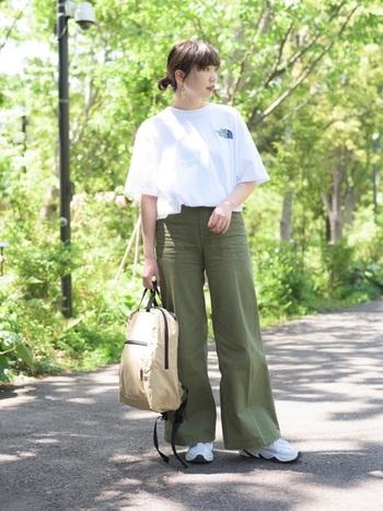 メンズサイズのTシャツをハイウエストで着こなして、耳元のピアスで女性らしさをプラス。リュックはあえて背負わず、ハンドバッグのように持れば小慣れた印象に。