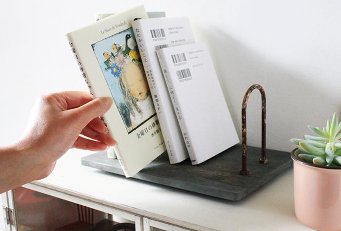 小さめのブックスタンドは、お気に入りの本を飾りながら収納するのにぴったりです。棚やデスクの一画に置いておくことができ、場所をとらないところも魅力。シャビーシックでおしゃれなデザインのブックスタンドを選べば、インテリアアイテムとしても活躍します。
