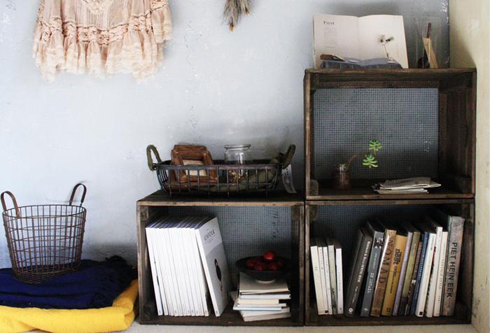 アンティーク風のおしゃれな木箱を本棚として活用する方法は、とても手軽で真似しやすいです。ちなみにこちらの木箱はキャベツボックスだそうですよ。木箱の並べ方は自由に変えることもできるので、色々なお部屋にぴったりはまりそうですね。
